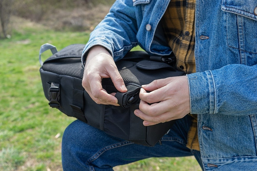 altura camera sling back has an additional strap