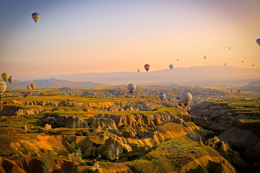 what is vignettes - example photograph of air balloons over a valley.